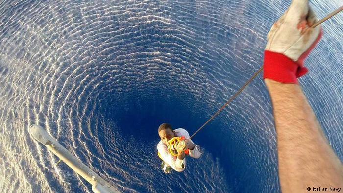 Italien Mittelmeer Rettungsaktion Küstenwache Flüchtlinge Boot
