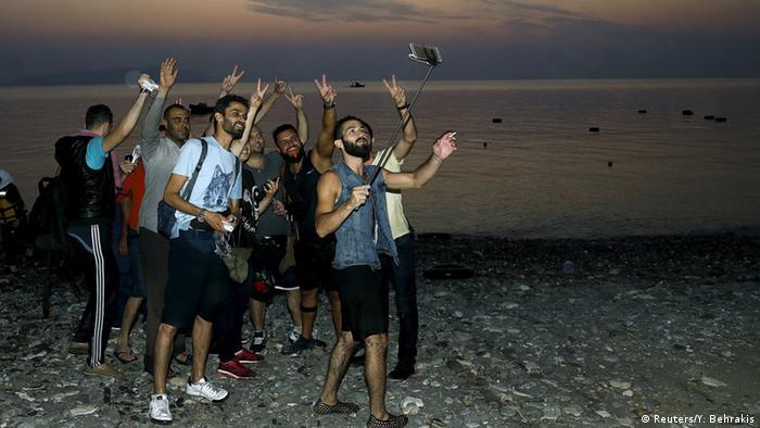 Syrische Flüchtlinge schießen ein Selfie (Foto: REUTERS/ Yannis Behrakis)