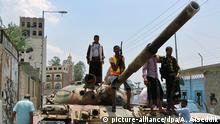 15.8.2015 epa04885095 Tribal gunmen stand on a tank following heavy clashes with Houthis and allied army units in Taiz, Yemen, 15 August 2015. According to reports, tribal forces have captured much of Taiz, in central Yemen, after fierce clashes with Houthi fighters and forces loyal to ex-president Ali Abdullah Saleh. Following airstrikes and ground operations carried out by a Saudi led coalition forces opposing the Houthis have manged to capture ground beginning in Aden and spreading to the southern provinces of Lahj, Al-Dalea and Abyan. EPA/ABDULNASSER ALSEDDIK +++(c) dpa - Bildfunk+++