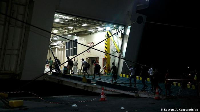 Die ersten Flüchtlinge gehen an Bord des Schiffs Eleftherios Venizelos Foto: Reuters/A. Konstantinidis