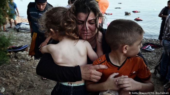 Eine junge Frau aus Syrien ist mit seinen kleinen Kindern soeben auf Kos gestrandet Foto: Getty Images/AFP/L. Gouliamaki