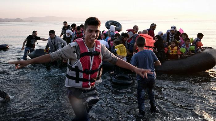Ein Schlauchboot mit Flüchtlingen ist soeben auf Kos gelandet Foto: Getty Images/AFP/L. Gouliamaki