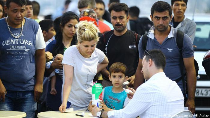 Flüchtlinge auf Kos lassen sich registrieren Foto: picture-alliance/AA/E. Atalay