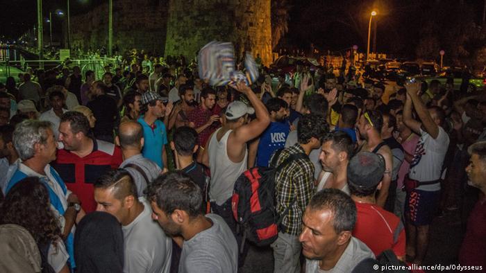 Migranten aus verschiedenen Ländern auf Kos Foto: picture-alliance/dpa/Odysseus