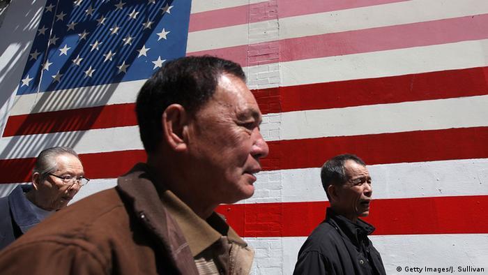 Symbolfoto Fahnen USA und China (Getty Images/J. Sullivan)