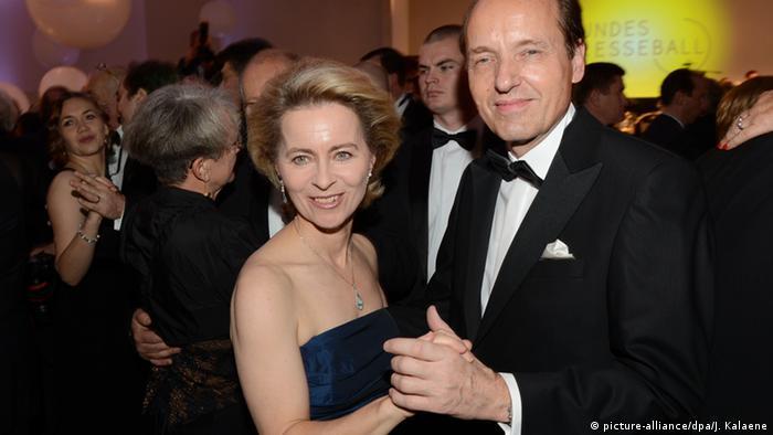 По време на следването си Урсула среща най-важния мъж в живота си - професора, лекаря и бизнесмена Хайко фон дер Лайен. През 1986 г. те сключват брак, когато Урсула е на 27, а Хайко на 31 години. През първите десет години от брака им се раждат седемте им деца и нерядко при Урсула работата остава на втори план след семейството. Тази снимка от 2013 г. показва съпрузите на бал в Берлин.