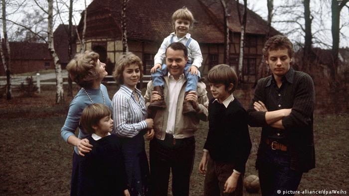 На тази снимка от 1976 г. Урсула е с баща си, майка си и братята си. Трудолюбие и усърдие в училище изискват Хайди и Ернст Албрехт от всички свои деца. И не правят изключение за нито едно от тях. Бащата полага немалко усилия, за да имат децата му понятие от политика.