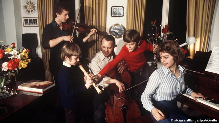 Урсула фон дер Лайен е отлична ученичка и бързо усвоява новите неща. В детството си се увлича по много неща: владее перфектно английски и френски, обича да кара велосипед и от малка се увлича по музиката, с която всички в семейството се занимават с удоволствие - както личи от тази снимка от 1976 година.