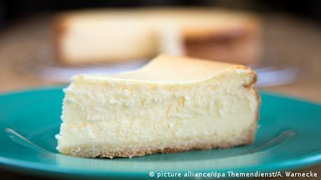 ein Stück Käsekuchen auf dem Teller