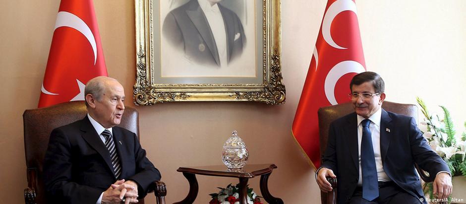 Devlet Bahceli (à esquerda) e Ahmet Davutoglu (à direita) se reuniram por mais de duas horas