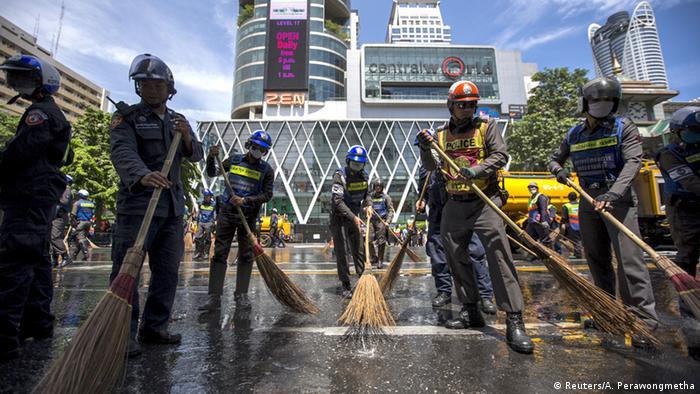 Thailand Anschlag in Bangkok Polizisten Aufräumarbeiten