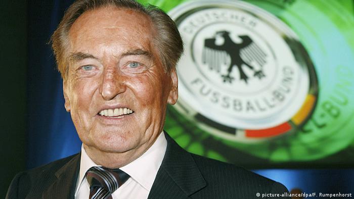 گرهارد مایر فورفلدر به مدت ۵ سال از سال ۲۰۰۱ رئیس فدراسیون فوتبال آلمان بود. فورفلدر پیش از آن در عرصه سیاست ایالتی آلمان نیز رد پای خود را باقی گذاشت و به عنوان وزیر دارایی و نیز وزیر آموزش و پرورش، عضو کابینه دولت ایالت بادن ورتمبرگ بود.