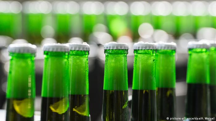 Tops of beer bottles, green glass (picture-alliance/dpa/A. Weigel)