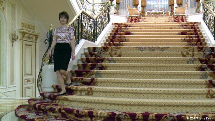 Наталья Потанина спускается по лестнице своего дворца