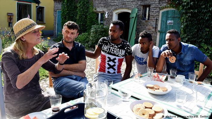 Хильдегард Нис-Нахтсхайм пьет кофе с беженцами