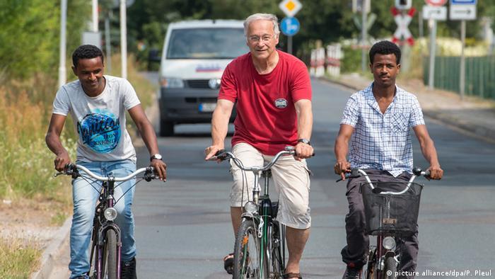 Депутат бундестага Мартин Патцельт с беженцами из Эритреи