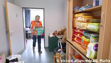 12.08.2015 **** Die freiwillige Helferin Brigitte Wottka sortiert am 21.07.2015 in der Kleiderkammer der neuen Erstaufnahmeeinrichtung in Seeth (Schleswig-Holstein) gespendete Windeln ein. Die Stapelholmer Kaserne in Seeth (Kreis Nordfriesland) wird als zusätzliche Erstaufnahmeeinrichtung für bis zu 600 Flüchtlinge genutzt. Foto: Bodo Marks/dpa +++(c) dpa - Bildfunk+++ Bildergalerie Deutschland Tag der Menschlichkeit