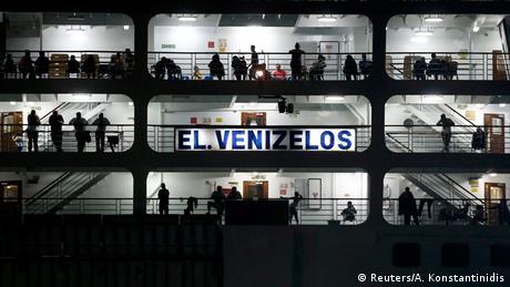 Flüchtlinge auf Schiff in der Nacht (Foto: REUTERS/Alkis Konstantinidis)