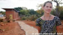 ARCHIV - Aino Laberenz, die Witwe von Christoph Schlingensief, steht am Samstag (08.09.2011) in der Nähe der burkinischen Hauptstadt Ouagadougou auf einem Weg im gerade eröffneten Operndorf. Aino Laberenz will dessen Vision eines Operndorfs in Burkina Faso vollenden. «Ich habe nach seinem Tod ein paar Monate gebraucht, um den Bau wieder anzuschieben. Jetzt haben wir mit der Schuleröffnung die erste Bauphase abgeschlossen und planen die Finanzierung der nächsten», sagt die Kostümbildnerin in der ARD-Sendung «Beckmann», die an diesem Donnerstag ausgestrahlt wird. Das teilte ein Sprecher der Sendung am Mittwoch (16.11.2011) mit. Foto: dpa/Florian Schuh (zu dpa-Meldung vom 16.11.2011) +++(c) dpa - Bildfunk+++