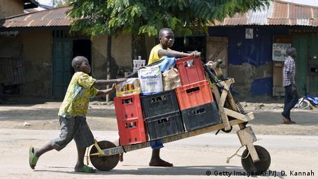 Tschukudu Lasttransporter mit zwei Männern (Foto: Junior D. Kannah/AFP/Getty Images)