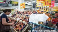 ARCHIV - Kunden stehen am 07.08.2014 in einem Markt der französischen Warenhauskette Auchan in Moskau (Russland) in der Obstabteilung. Foto: Sergey Kozmin/dpa (zu dpa Korr-Bericht Überall ist Palmöl - Wie Russland sich mit Sanktionen selbst schadet vom 05.08.2015) +++(c) dpa - Bildfunk+++