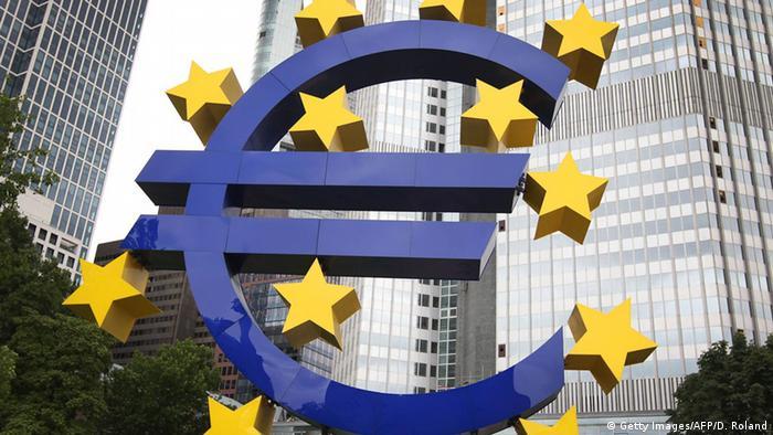 El euro alcanzó hoy su mejor cotización frente al dólar en más de tres años alzado por el preacuerdo para formar un Gobierno en Alemania. La moneda europea se cambiaba a las 16.15 horas GMT a 1,2142 dólares, más de un céntimo por encima de los 1,2024 dólares que marcaba el jueves. (12.01.2018).