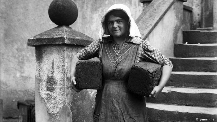 Крестьянка с двумя буханками хлеба пумперникель на фотографии 1919 года