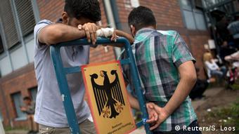Flüchtlinge vor deutscher Asylstelle (Foto: DW)