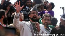 epa04708568 Chairman of All Parties Hurriyat Conference (APHC) Mirwaiz Umar Farooq (C) shouts freedom slogans during a protest in Srinagar, the summer capital of Indian Kashmir, 17 April 2015. Police used force to quell the protests by using dozens of tear smoke canisters and rubber bullets after the Friday congregation prayers at Jamia Masjid, the main mosque in Srinagar. The protesters were raising anti-India, pro-freedom and pro-Pakistan slogans over the killing of Khalid Muzaffar, a youth from Tral area of south Kashmir, allegedly by Army. Army said he was killed while Indian Army was fighting militants but his family members alleged that the Indian Army tortured him to death. EPA/FAROOQ KHAN +++(c) dpa - Bildfunk+++