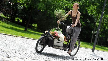 Frau auf Lastenrad (Foto: Tobias Hase dpa)