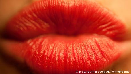 Eine Frau formt ihre Lippen zum Kuss (picture-alliance/dpa/R. Vennenbernd)