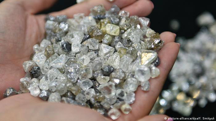 Ein Handvoll Rohdiamanten. Foto: Yuri Smityuk/TASS