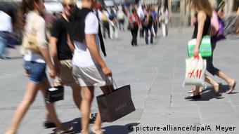 Покупателями с пакетами различных универмагов и магазинов