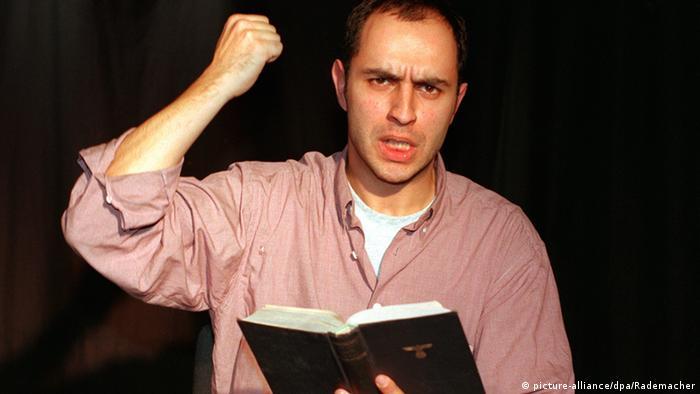 Serdar Somuncu gestikuliert bei seiner Lesung von Hitlers Mein Kampf