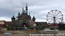 Schloss und Riesenrad in Dismaland