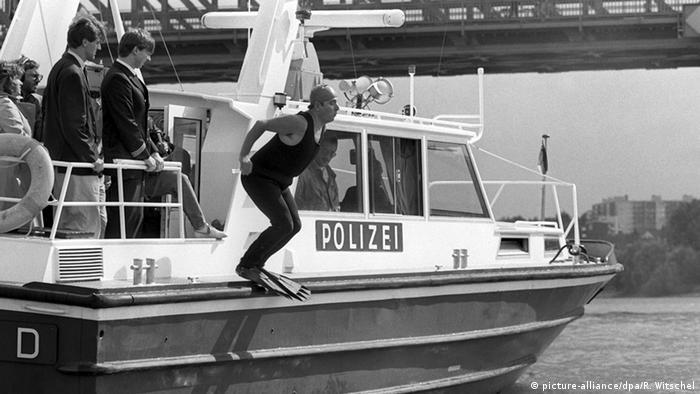 Deutschland Bundesumweltminister Klaus Töpfer schwimmt im Rhein 1988