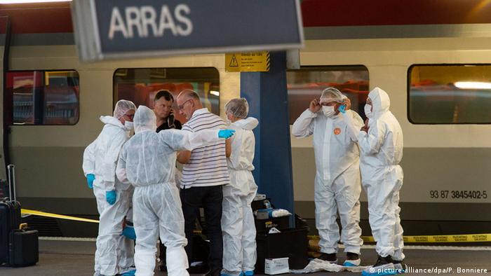 Сотрудники сил безопасности у поезда Thalys