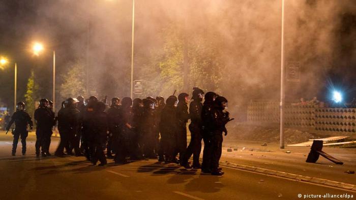 Полицейские выстроились перед временным приютом для беженцев в Хайденау