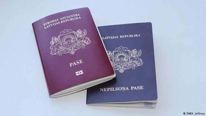 Паспорт гражданина (слева) и негражданина (справа) Латвии