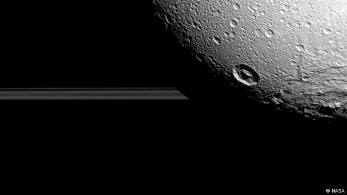 Dione, lua de Saturno fotografada pela Cassini