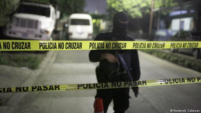 Los pandilleros o personas ligadas a estos que se infiltraron en los cuerpos de Seguridad de El Salvador entre el 2010 y 2016 rondaron los 600. Los criminales buscan entrenamiento y armas para sus organizaciones. 29.11.2016