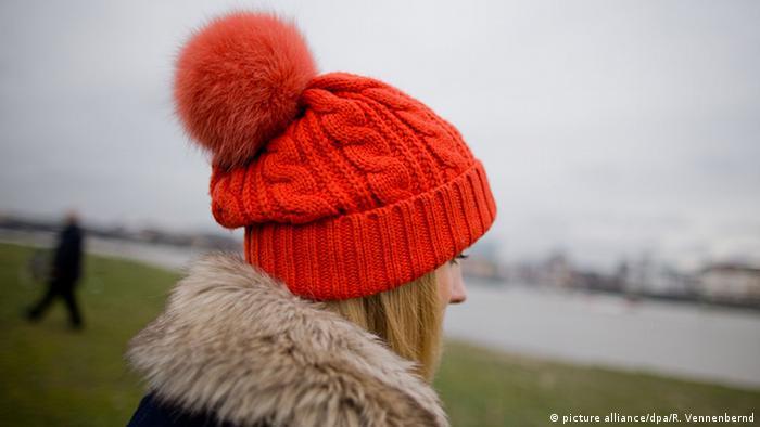 Eine Frau mit roter Pudelmütze