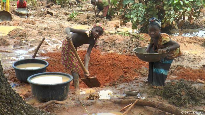 Fillettes dans une mine d'or du Niger