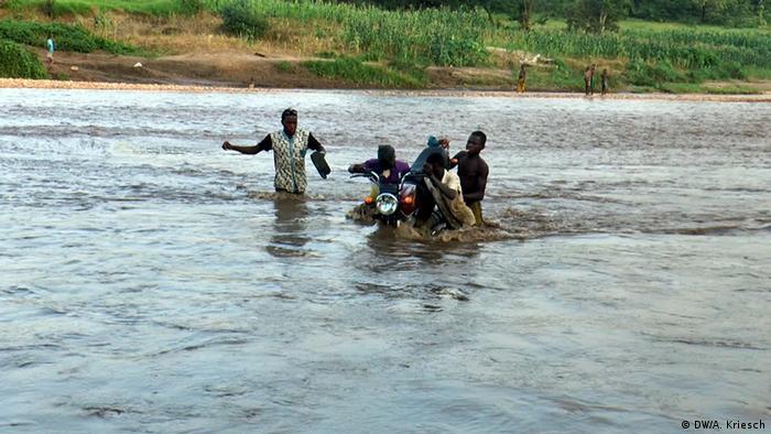 Tödliche Kinderarbeit in Nigeria Motorradträger statt Brücken