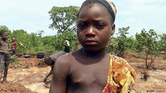 Tödliche Kinderarbeit in Nigeria Arbeitsalltag statt Schule