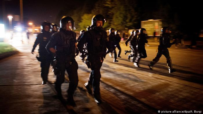Police rushing to the scene of clashes in Heidenau — August 23, 2015. (picture-alliance/dpa/A. Burgi)