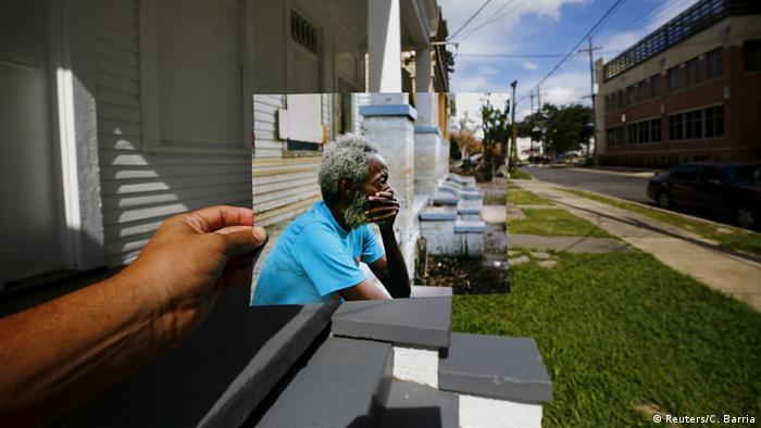 Im Vordergrund das Bild im Bild: Joshua Creek niedergeschlagen vor seinem schwer beschädigten Haus. Im Hintergrund zu sehen: Das mittlerweile renovierte Haus. (Foto: REUTERS/Carlos Barria)