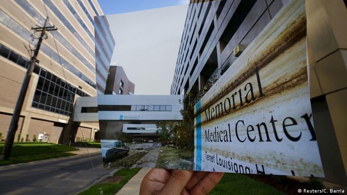 Das Memorial Medical Center in New Orleans - auf dem Bild im Bild verwüstet durch Katrina. (Foto: REUTERS/Carlos Barria)