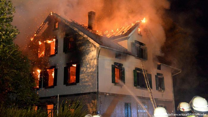 Casa en llamas destinada a hogar para refugiados en Weissach, Baden-Württemberg. ¿Un atentado?