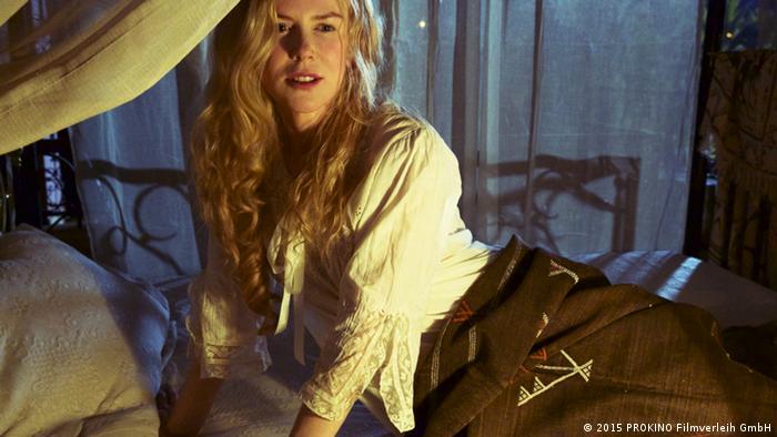 Filmstill Königin der Wüste mit Nicole Kidman als Afrika-Reisende Gertrud Bell halb liegend in einem Zelt (2015 PROKINO Filmverleih GmbH)